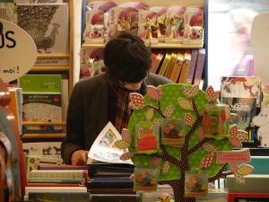 Victor à la librairie Comptines